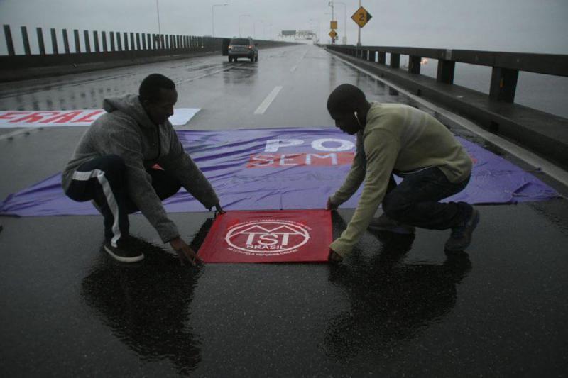 MSTS-Aktivisten (Organisation der wohnungslosen Arbeiter) bereiten im Morgengrauen eine Straßensperre vor
