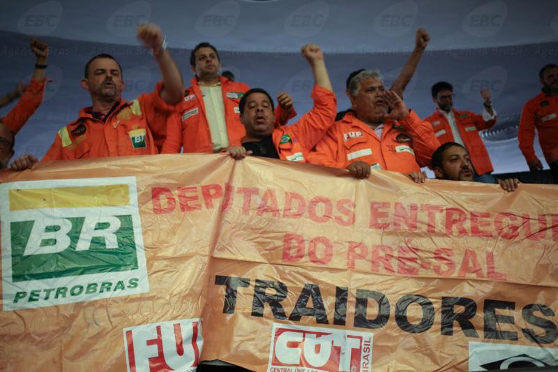 """""""Verräter"""" – Protest gegen die Liberalisierung der Förderung der Erdöl-Vorkommen im  Abgeordnetenhaus von Brasilien am 16. Oktober 2016"""