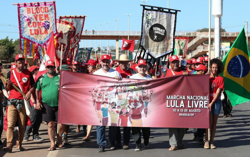 Der argentinische Friedensnobelpreisträger Pérez Esquivel (Bildmitte, hinter dem Transparent) beim landesweiten Marsch für die Freilassung Lula da Silvas in Brasilien