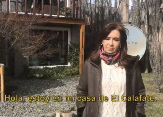 Argentiniens Ex-Präsidentin Kirchner vor ihrem Landhaus in El Calafate, das ebenfalls durchsucht wurde