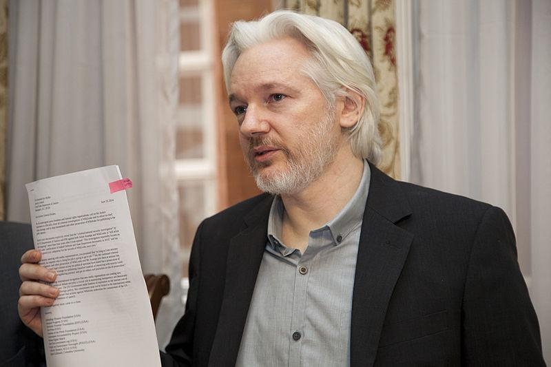 Julian Assange, hier nach einer Pressekonferenz im Jahr 2014, lebt seit sechs Jahren in Ecuadors Botschaft in Großbritannien