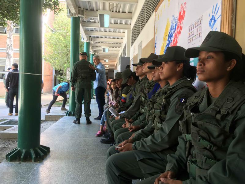 Soldatinnen und Soldaten warten in Caracas, Venezuela, auf die Stimmabgabe