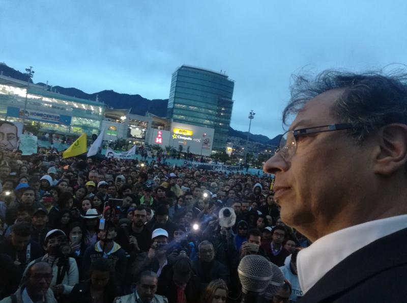 Oppositionsführer Gustavo Petro vor Anhängern in Bogotá, Kolumbien