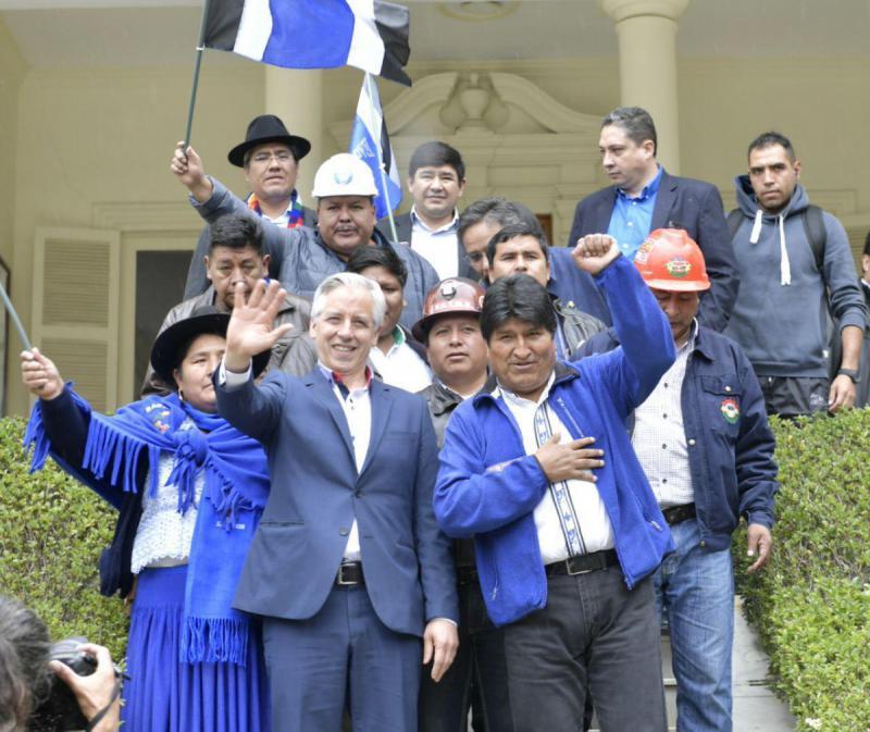 Boliviens Präsident Morales und sein Vize García Linera von der Bewegung zum Sozialismus nach der Registrierung bei der Wahlbehörde