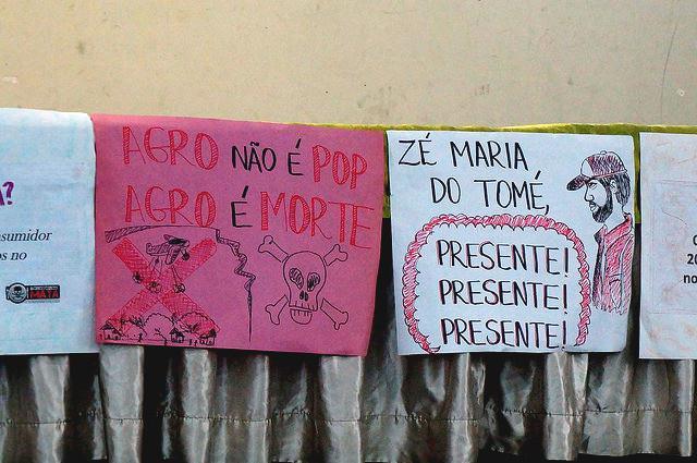 """Protest gegen die Agrarindustrie in Brasilien: """"Agro ist kein Pop. Agro bedeutet Tod"""" und Erinnerung an den ermordeten Kleinbauer Zé Maria do Tomé"""