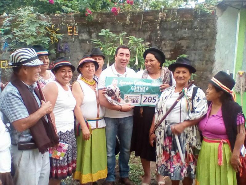 Carlosama nach der Wahl zum Senator mit Unterstützern der Wahlkampagne