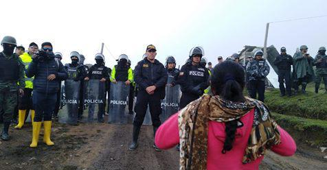 Die Polizei in Ecuador versucht den Zugang zu den Goldminen zu verhindern
