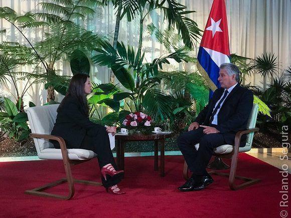 Patricia Villegas von Telesur im Gespräch mit Kubas Präsident Miguel Díaz-Canel im Palast der Revolution in Havanna