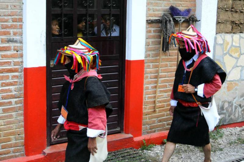 Jeden Tag aufs neue fand der Einmarsch der Delegation der EZLN unter neugierigen Blicken der Anwesenden statt