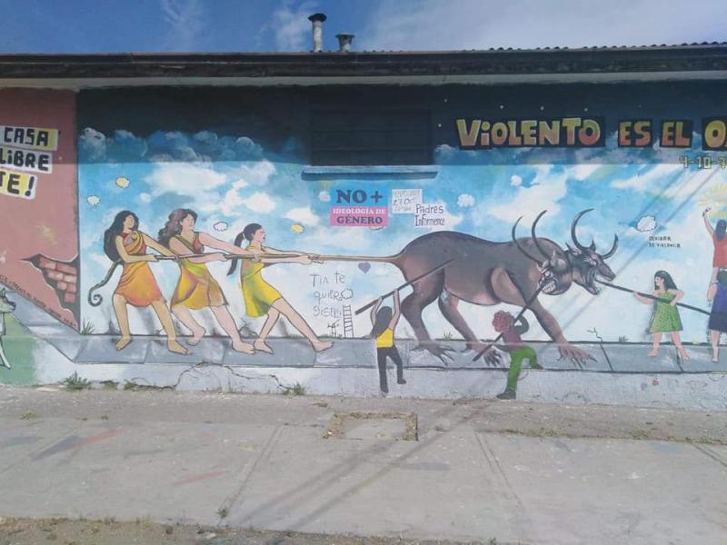 """Wandbild für Frauenrechte in Chile - auch hier haben rechte Aktivisten die Losung """"No+Ideología de Género"""" angebracht"""