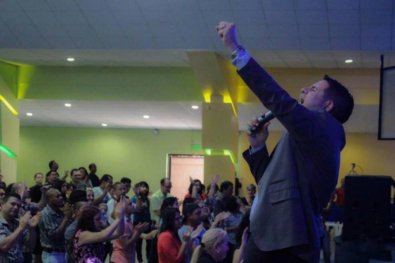 """Mitten in einer """"spirituellen Schlacht"""": Fabricio Alvarado tritt auch als singender Prediger auf"""