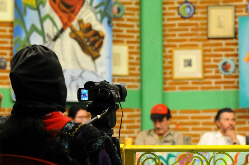 Zapatisten filmen das Geschehen, um nach dem Kongress die Gemeinden über die Diskussionen zu informieren
