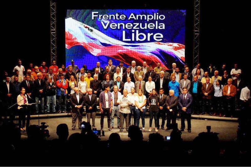 """Victór Márquez vom Professorenverband der Zentraluniversität von Venezuela liest das Manifest der """"Frente Amplio"""" vor"""