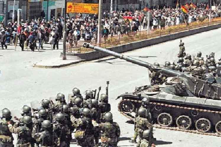 Ein Bild aus dem Jahr 2003: Militär gegen Demonstranten bei der Unterdrückung sozialer Unruhen während des Gaskrieges in Bolivien