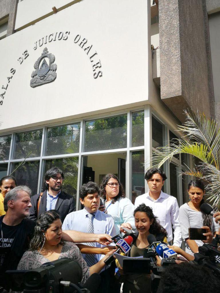 Bertha Zúniga Cáceres verlas nach der Suspendierung der Anhörung vor dem Gerichtsgebäude eine Presseerklärung der Familie