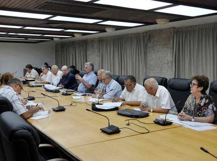 Präsident Díaz-Canel mit Ministern und Experten