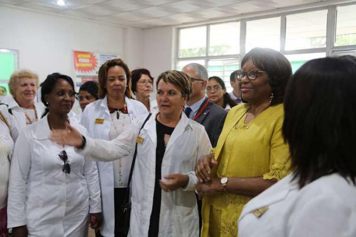 Die Direktorin der Panamerikanischen Gesundheitsorganisation Carissa Etienne (im gelben Kleid) besuchte in Matanzas das Poliklinikum Carlos Verdugo, das mit 23 Familienpraxen und drei Apotheken etwa 26.000 Einwohnern betreut