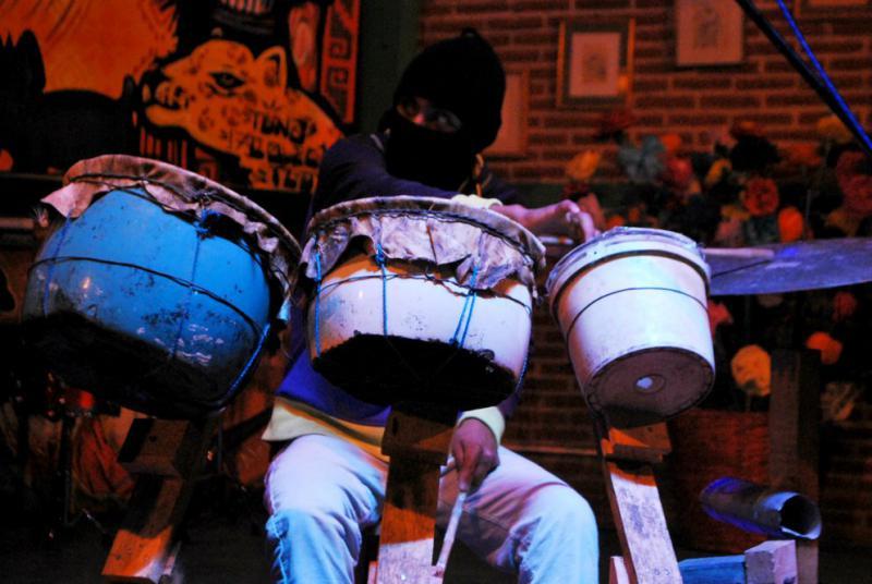 Vor dem eigentlichen Kongress gibt es Musik. Traditionelle Rhythmen und revolutionäre Texte bringen die Leute zum Tanzen