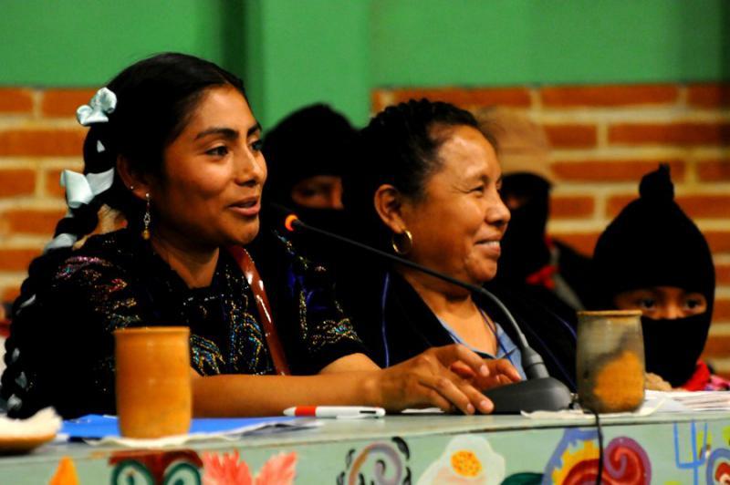 Zwei Generationen indigenen Widerstands: Lupita Vasquez, Überlebende des Massakers von Acteal und Rätin des CIG (links) mit Marichuy, traditionelle Ärztin, Sprecherin des CIG, die bei der Präsidentschaftswahl  kandidieren sollte