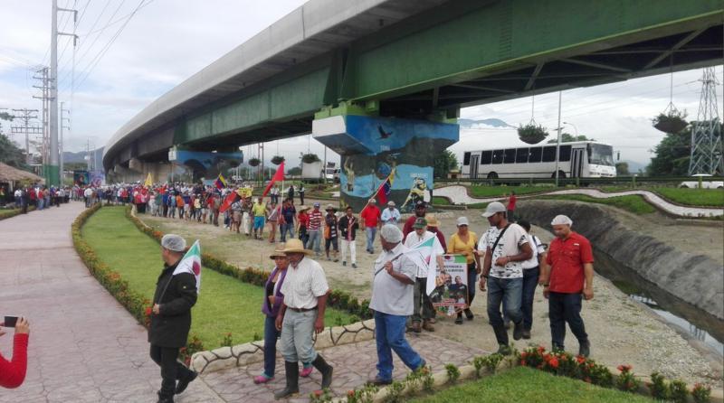 In Maracay, Aragua, trafen die Bauern mit Arbeitern der 2016 enteigneten Fabrik Kimberly Clark zusammen