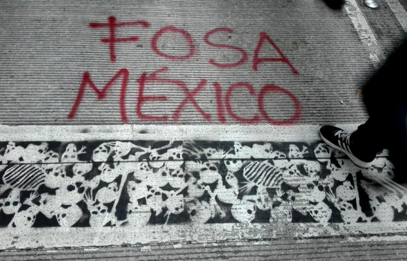 """""""Massengrab Mexiko"""": Asphaltmalerei in Mexiko-Stadt bei der  Demonstration anlässlich des 4. Jahrestags des Verschwindens der 43 Studenten von Azotzinapa"""