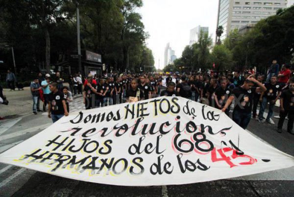 Demonstranten brachten den Fall von Tlatelolco mit dem der 43 mutmaßlich ermordeten Studenten in Verbindung