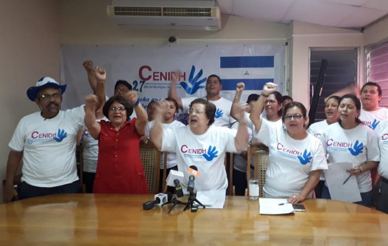 """Cenidh-Aktivisten bei der Pressekonferenz nach dem Parlamentsbeschluss. Dritte von Links: Vilma Núñez, die langjährige Präsidentin. Sie wurde 2017 vom US-Außenministerium mit dem """"Internationalen Preis für mutige Frauen"""" ausgezeichnet"""