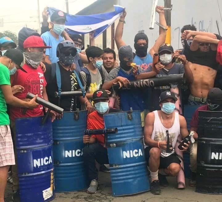 Regierungsgegner an einer Straßensperre in Masaya, Nicaragua