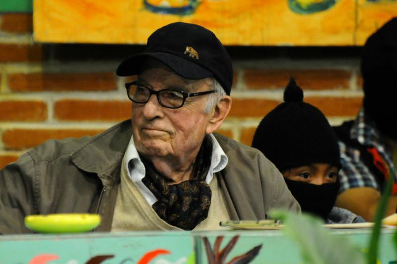Der 96-jährige Soziologe und langjährige Wegbegleiter der zapatistischen Bewegung, Pablo González Casanova, wurde von der EZLN als Anerkennung für seine Freundschaft und Unterstützung feierlich in das höchste zapatistische Gremium aufgenommen, das Indigene Klandestine Komitee
