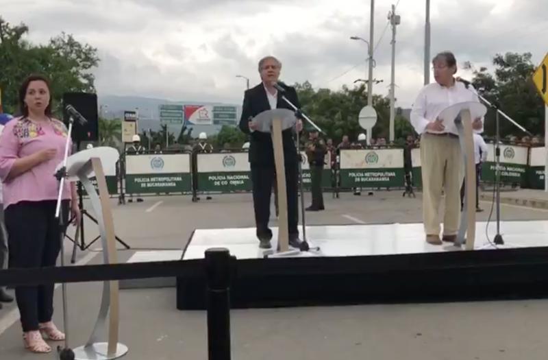 Luis Almagro (mi.) bei der Pressekonferenz an der Grenzbrücke zwischen Kolumbien und Venezuela (Screenshot)