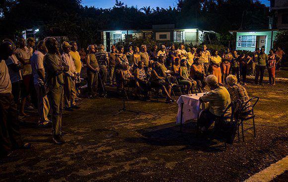 ... bei abendlichen Versammlungen in den Stadtvierteln, wie hier an einer Ecke in Monterrey, Havanna.