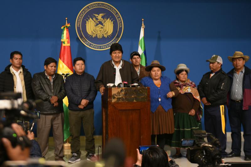 """Nach der Publikation des """"vorläufigen Berichts"""" der OAS berief Präsident Evo Morales Neuwahlen ein, damit die Bevölkerung """"eine neue Regierung unter Einbeziehung neuer politischer Akteure"""" wählen kann. Die Opposition akzeptierte dies jedoch nicht und erzwang seinen Rücktritt"""