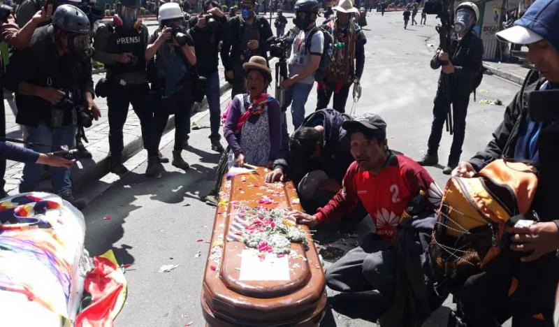 Demonstranten gegen das De-facto-Regime in Bolivien betrauern ein Todesopfer