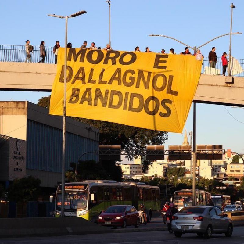 """""""Moro und Dallgnol Kriminielle"""". Landesweit, wie hier in Belo Horizonte, kam es zu Protestaktionen gegen den Lava Jato-Richter Sergio Moro und den Staatsanwalt Deltan Dallagnol wegen ihrer Parteilichkeit im Prozess gegen Lula da Silva."""