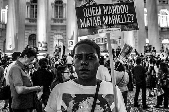 """""""Wer ließ Marielle ermorden?"""" Demonstrantin in Curitiba am 14. März"""