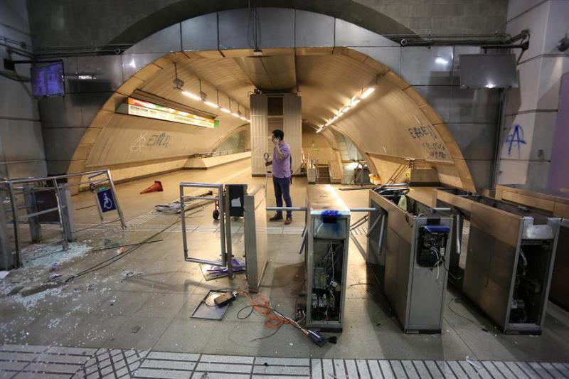 Aus Protest gegen Fahrpreiserhöhungen zerstörten Jugendliche  Drehkreuze in der Metro von Santiago