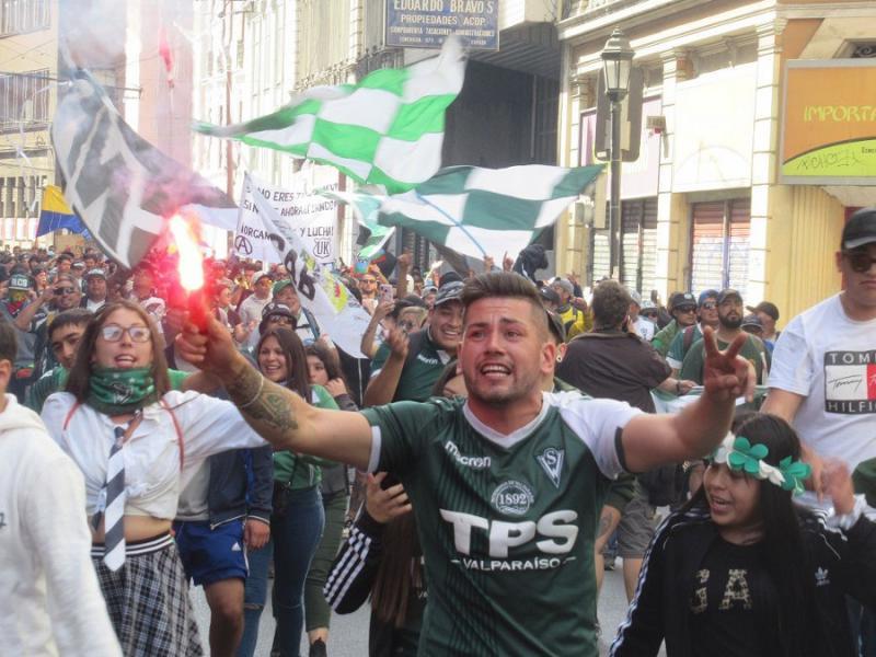 Auch Fußballfans jeden Alters und konkurriender Vereine gingen gemeinsam auf die Straße