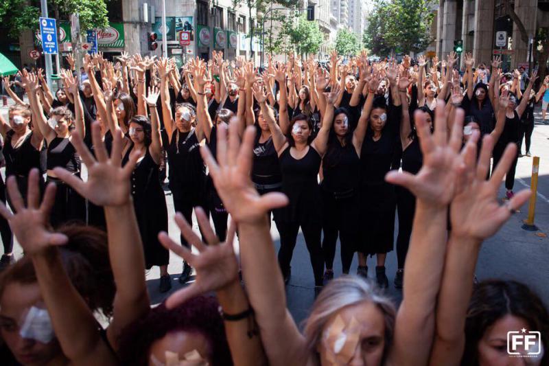 """Politische Tanz-Aktion """"Die blinden Töchter und Söhne des Terror-Staates von Piñera"""" am 12. November in Santiago"""