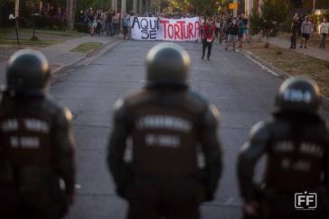 """""""Hier wird gefoltert"""": Polizisten vor Demonstranten in Chile"""