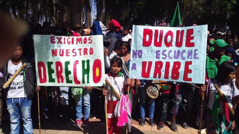 """Vergeblich warten Protestierende auf den Präsideten Duque. """"Wir fordern unsere Rechte ein."""" """"Duque hör nicht auf Uribe."""""""