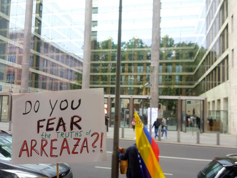 """Protest vor dem Auswärtigen Amt in Berlin gegen die Nicht-Einladung Venezuelas: """"Fürchtet ihr die Wahrheiten Arreazas (Außenminister von Venezuela)?!"""""""