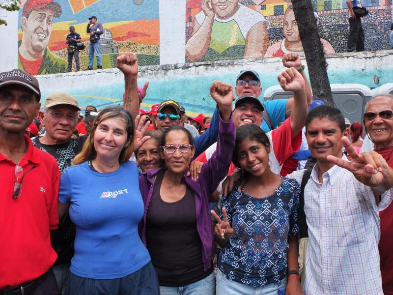 """Menschen auf der Straße wollen gehört werden. Diese Gruppe sagt: """"Sprecht nicht schlecht über die Revolution. Wir selbst sind in der Lage, unsere Fehler zu korrigieren und unsere Lage zu verbessern"""""""