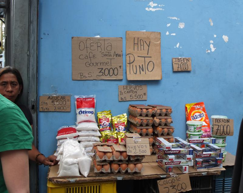 Bei einem Mindestlohn von 18.000 Bolívares sind die Preise für Eier, Zucker, Kaffee und Waschmittel bei dieser Straßenverkäuferin enorm hoch. Fleisch hingegen ist seit Monaten gleichbleibend günstig, allerdings stehen an den Verkaufsstellen lange Schlangen