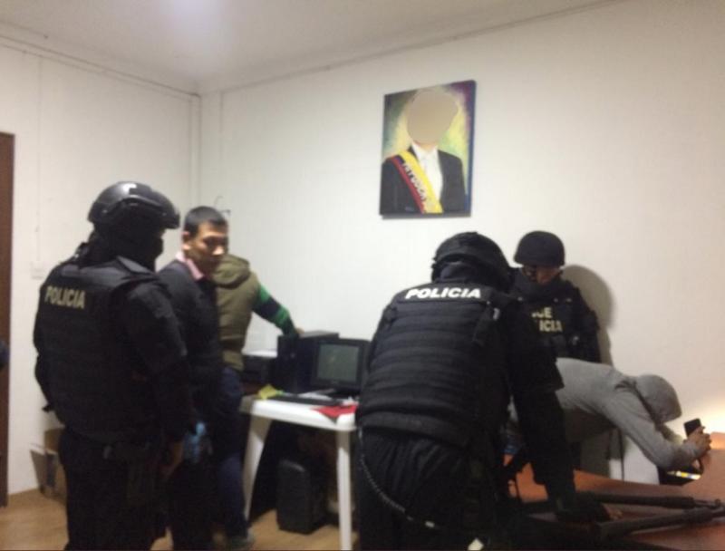 Polizei in den Räumen der Partei Compromiso Social RC5. Das Bild von Ex-Präsident Correa im Hintergrund wurde vor Veröffentlichung durch die Staatsanwaltschaft unkenntlich gemacht