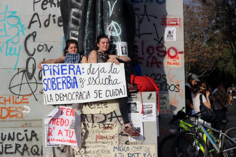 """""""Piñera - lass die Überheblichkeit sein und hör' zu. Die Demokratie muss geachtet werden"""": Auch diese zwei Frauen demonstrieren kreativ für die Respektierung demokratischer Grundwerte"""