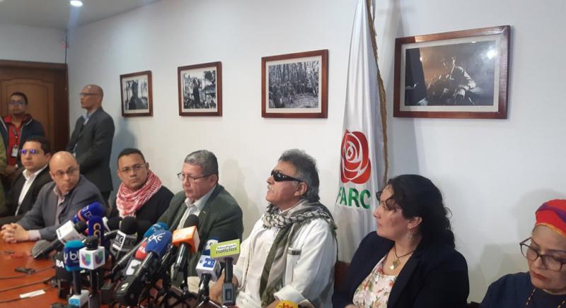 Nach seiner Freilassung gab Jesús Santrich in Begleitung von Farc-Mitgliedern eine Pressekonferenz