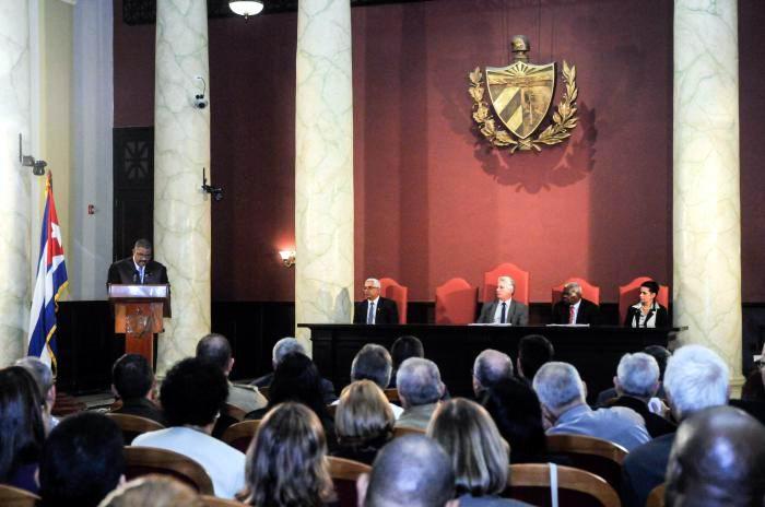 Kubas Präsident Miguel Díaz-Canel  (Mitte) zu Besuch beim obersten Gerichtshof des Landes im Januar 2019