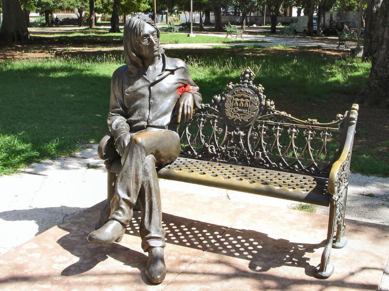 Skulptur des Sängers im Parque John Lennon im zentralen Stadtteil Vedado in Kubas Hauptstadt Havanna