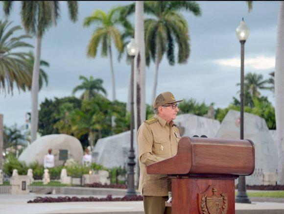Raúl Castro bei seiner Ansprache in Santiago de Cuba. Links im Hintergrund das Grab Fidel Castros