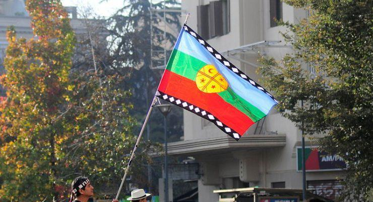 Die Flagge der Mapuche am Rande einer Demonstration